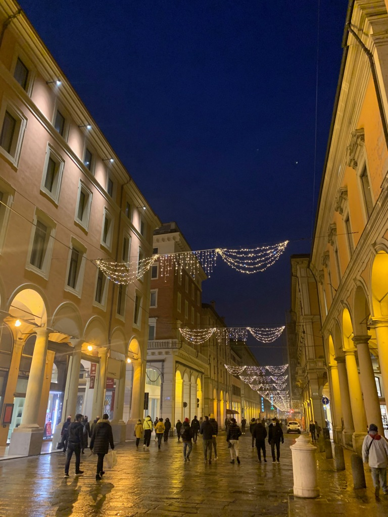 Via Indipendenza em Bologna iluminada